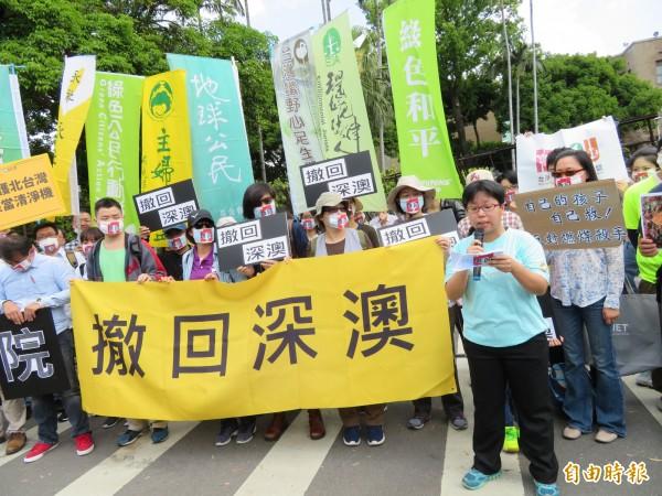 環團到行政院大門口前抗議,要求撤回深澳電廠。(記者李欣芳攝)