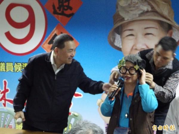 侯友宜(左)今天到新莊拜會黃林玲玲(中)。(記者陳心瑜攝)