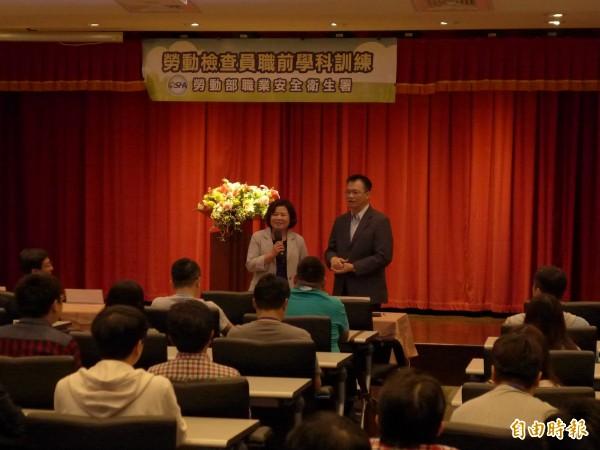 勞動部長許銘春(前左)和勞動部職業安全衛生署長鄒子廉(前右)在現場和學員問與答。(記者李雅雯攝)