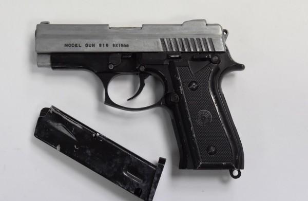 警方當場先起出一把改造手槍。(記者許國楨翻攝)