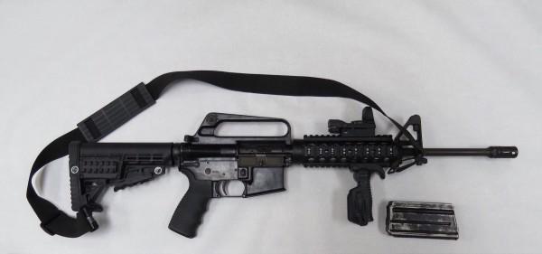 賴男隨身攜帶的菲律賓UNITED DEFENSE廠半自動步槍及制式子彈15發。(記者許國楨翻攝)