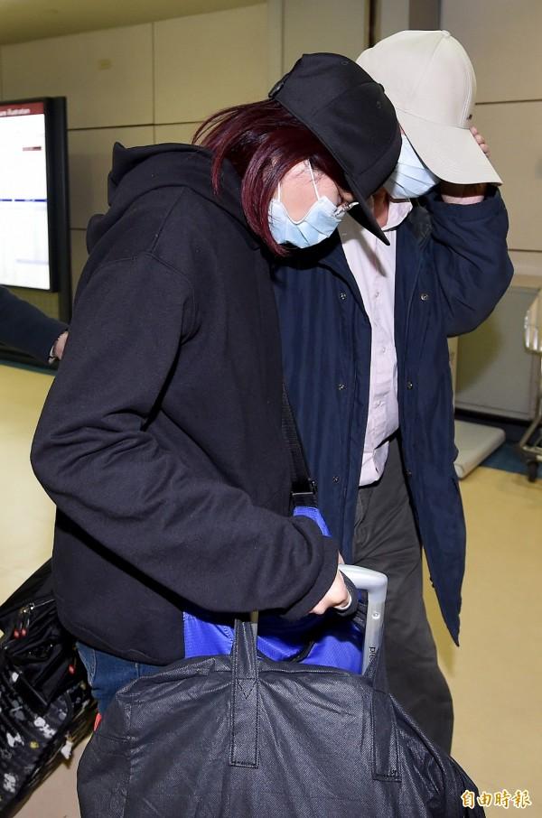 香港20歲潘姓女子來台旅遊,遭到19歲男友陳同佳殺害,並以粉紅行李箱運屍竹圍捷運站後方曝屍1個月,潘女父母親今天下午搭機抵台,準備將愛女遺體完整帶回香港。(記者朱沛雄攝)