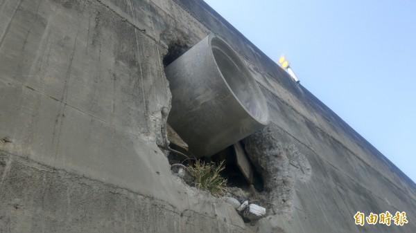西濱高架橋側邊水管不但噴垃圾,甚至噴出混凝土。(記者蔡政珉攝)