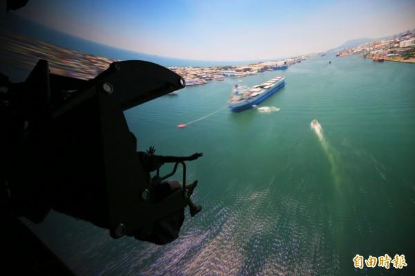 搭乘懸空式飛行座椅,透過空中視野,俯瞰不同視角的高雄美景。(記者潘自強攝)