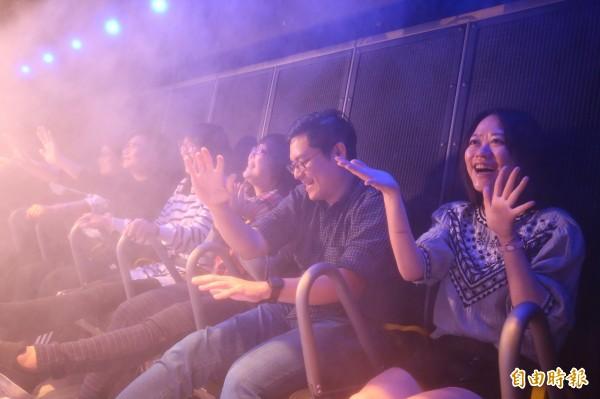 座位上方不時會噴出水霧、風和氣味等。(記者潘自強攝)