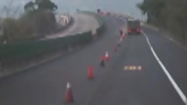 砂石車撞及在車道施工的工人,被後方行車紀錄器清楚拍下。(記者張勳騰翻攝)