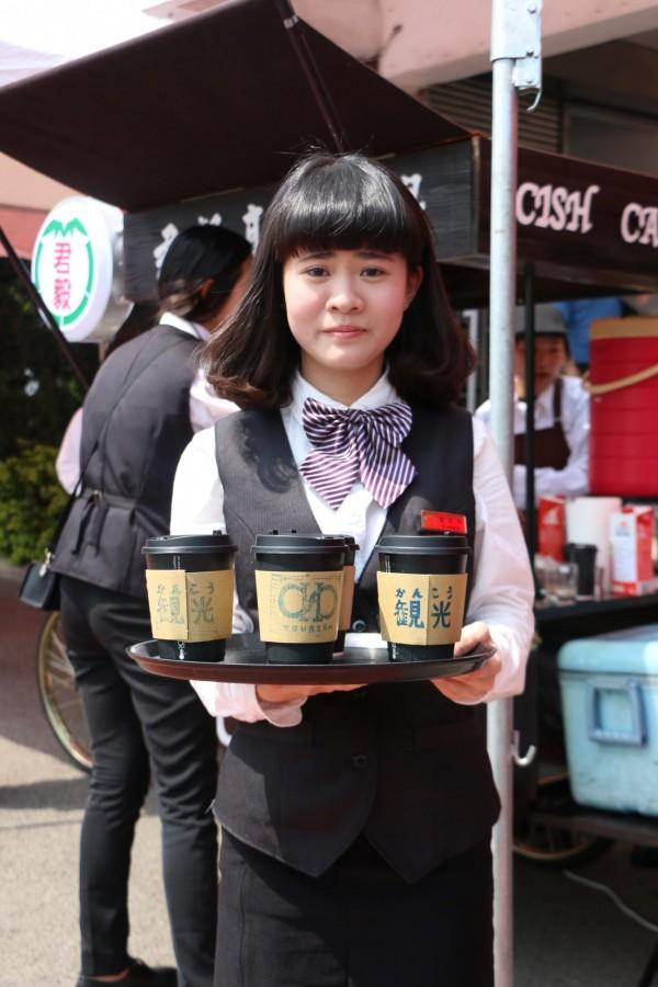 君毅中學觀光科學生在校內賣咖啡,籌措比賽及練習基金。(記者鄭名翔攝)