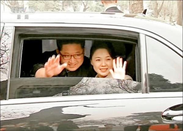 中國中央電視台二十八日播出的畫面顯示,金正恩(左)和夫人李雪主坐在車內,揮手向習近平夫婦道別。(美聯社)
