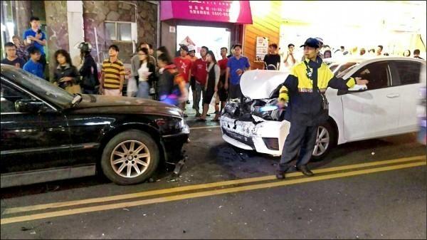 郭男駕駛BMW大七連續猛撞追車的ALTIS轎車,雙方都被起訴恐嚇、毀損等罪。(資料照)