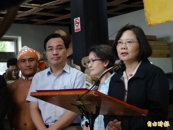 蔡英文稱讚得過金鐘獎的主廚陳耀忠(左一)是「阿美族廚神」。(記者蘇芳禾攝)
