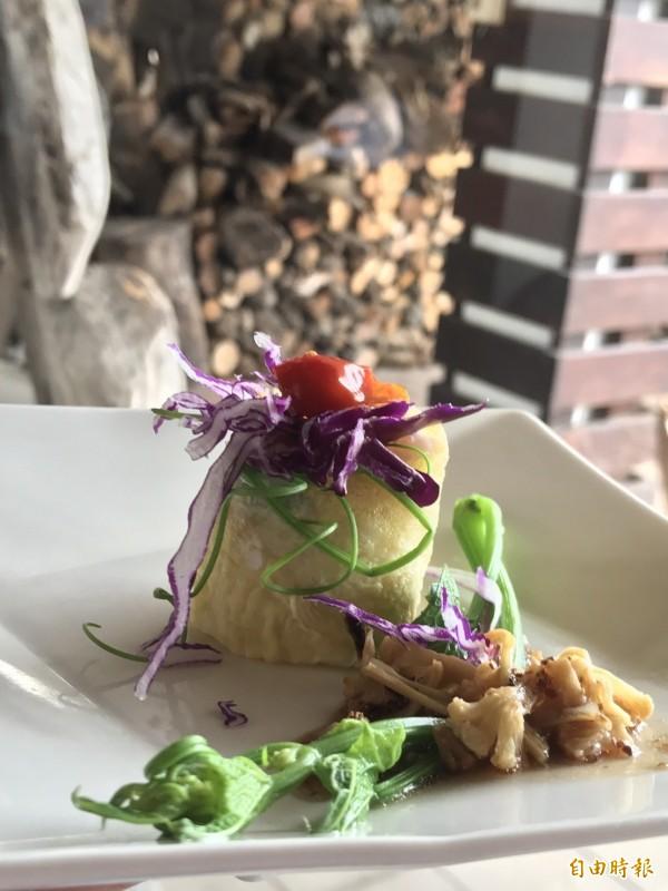蔡英文中午來到靜浦部落的特色餐廳「陶甕百合春天」用餐。(記者蘇芳禾攝)