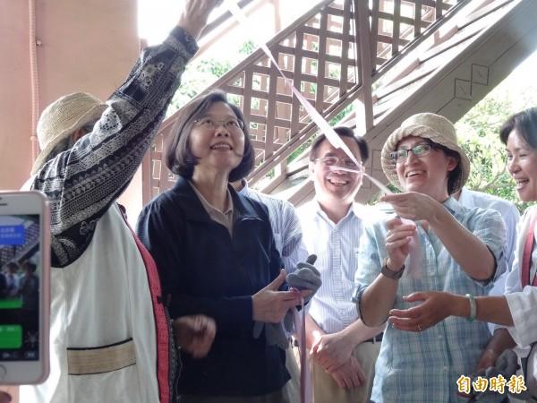蔡英文和蕭美琴體驗用刀子將香蕉絲的外皮刨除。(記者蘇芳禾攝)