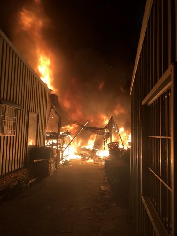 路竹有民宅傳出火警,一家7口在火災警報器提醒下順利逃生。(記者黃佳琳翻攝)