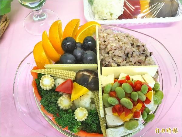 營養師建議學童每餐要有足量的五穀和蔬果。(記者林彥彤攝)
