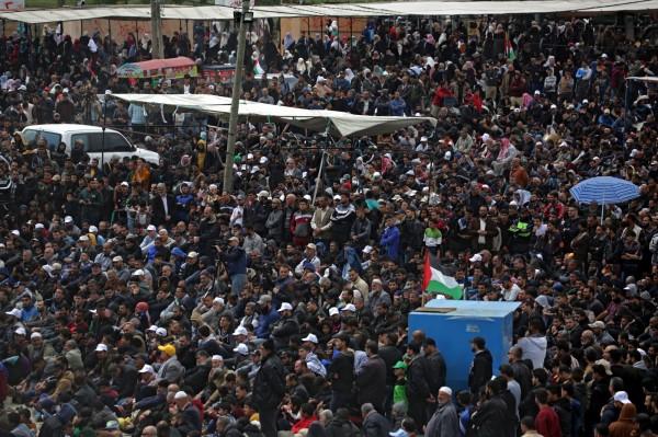 數千位巴勒斯坦民眾於今日在加薩走廊的邊界進行名為「偉大的回歸遊行」抗議行動,這項行動獲得加薩走廊統治勢力哈瑪斯集團支持。(歐新社)