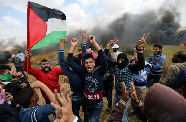 雖然遭遇砲火,巴勒斯坦群眾仍聚集抗議,希望能回歸故土。(法新社)