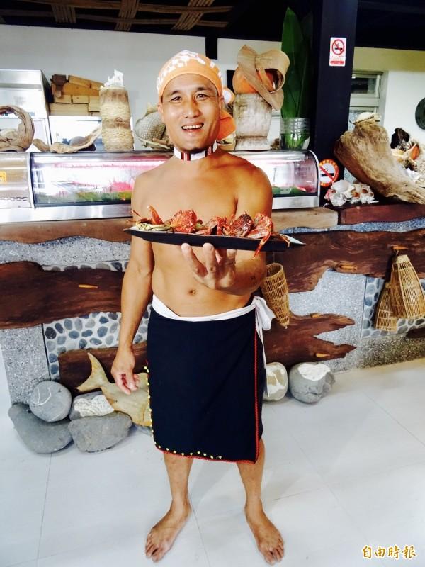 總統蔡英文今天到花蓮拚觀光,中午抵達靜浦部落的特色餐廳「陶甕百合春天」,不忘稱讚得過金鐘獎的主廚陳耀忠是「阿美族廚神」。(記者蘇芳禾攝)