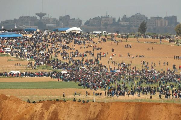 大批巴勒斯坦群眾逼近邊界,與以色列軍方人員發生衝突。(法新社)