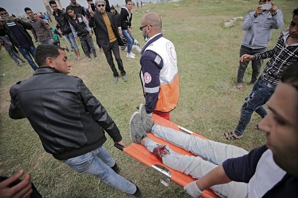 現場群眾協助搬運傷患。(歐新社)