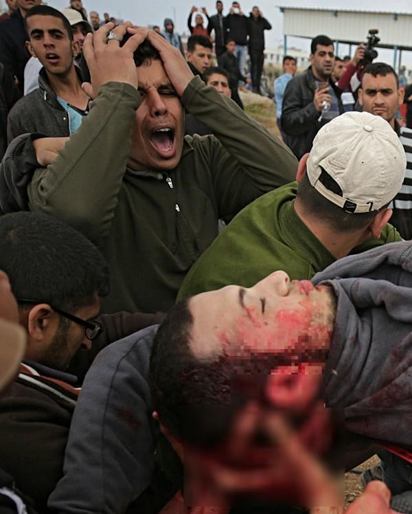 現場聚集數千位巴勒斯坦民眾抗議示威,據傳目前已有至少7人遭殺害,且有大約500人受傷。(歐新社)