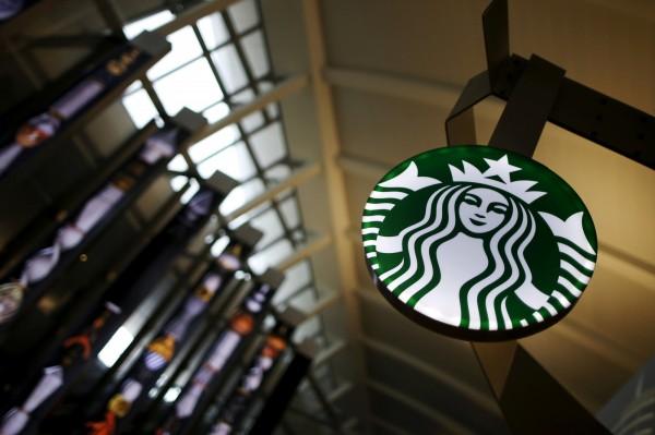 加州法院裁示,包括星巴克等90家咖啡業者,必須在產品上加註致癌警語。(路透)