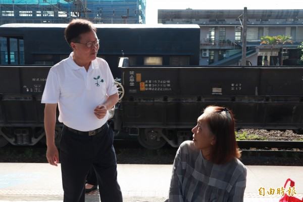 陳金德進入宜蘭火車站月台,不斷向民眾宣傳持台鐵票根可享綠博免費入園的措施。(記者林敬倫攝)