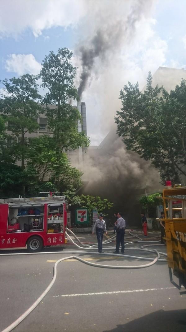 台科大餐廳火警,消防灌救中。(記者邱俊福翻攝)