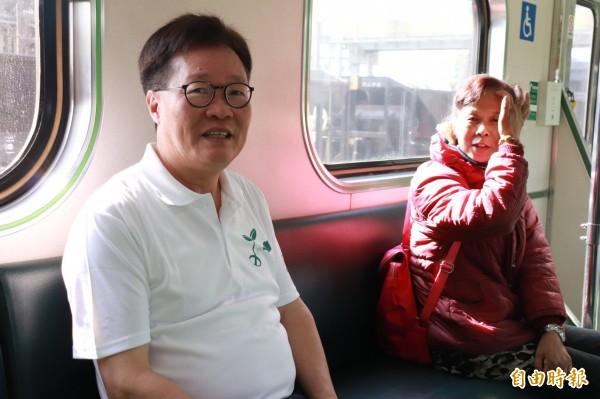 宜蘭縣代理縣長陳金德(左)從宜蘭火車站搭火車到冬山鄉,出席綠博開幕式。(記者林敬倫攝)(記者江志雄攝)