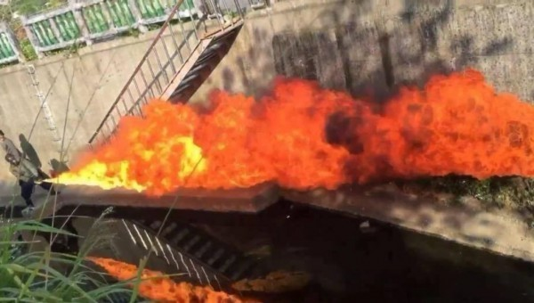 孫安佐曾在臉書PO火焰噴射器使用照。(圖擷取自臉書)
