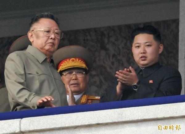 學者指出,金正恩(右)與父親金正日(左),在與國際社會接觸時有一些共通點。(路透)