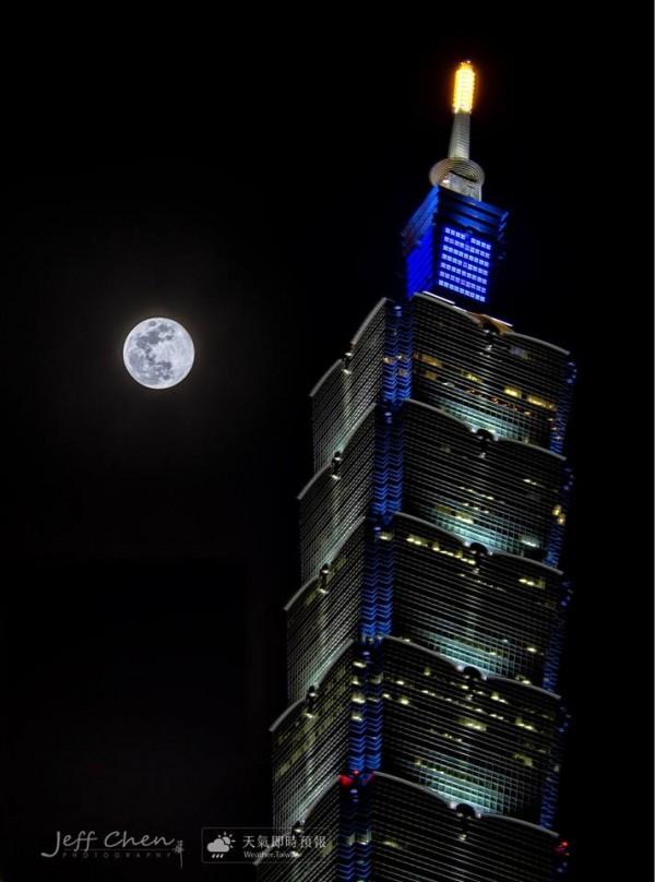 今年最後一輪「藍月」於週六上演,下一輪藍月要到2020年才會再出現。圖為台北101。(圖擷自《天氣即時預報》臉書)