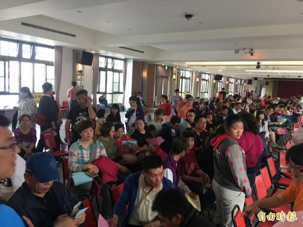 拱天宮餐廳擠滿等候報名進香的信眾。(記者張勳騰攝)