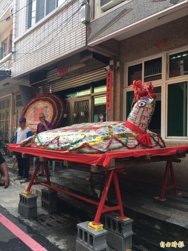 高雄茄萣區居民鄭志成將2268台斤米龜王,分送給弱勢家庭同享。(記者蘇福男攝)