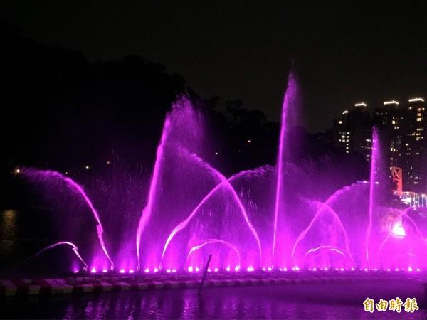碧潭水舞秀搭配燈光和音樂,吸引民眾前來享受。(記者邱書昱攝)