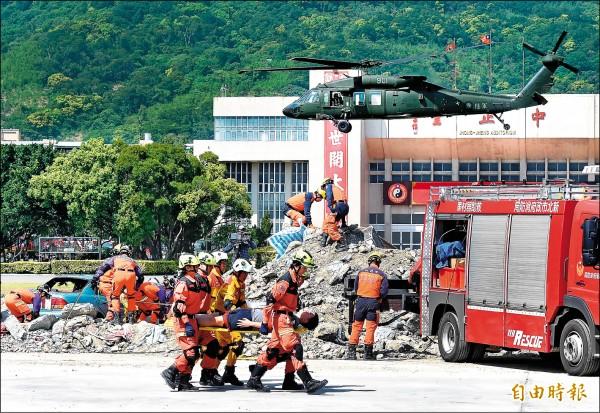台北市政府昨日針對地震及火山爆發災害,進行災害防救演習。 (記者朱沛雄攝)