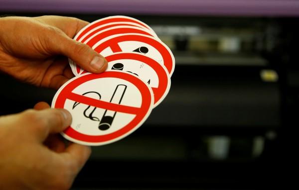 為了避免吸菸過後的殘留物質對周遭的人造成影響,日本新法規定政府部門的癮君子,抽完菸後45分鐘不得使用大樓電梯。圖為示意圖。(資料照,路透)