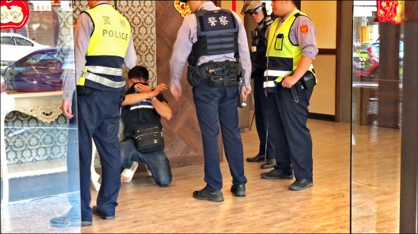 彭男(左二)因持刀拒捕,被警方噴辣椒水控制,當場痛苦難耐。(記者張勳騰翻攝)