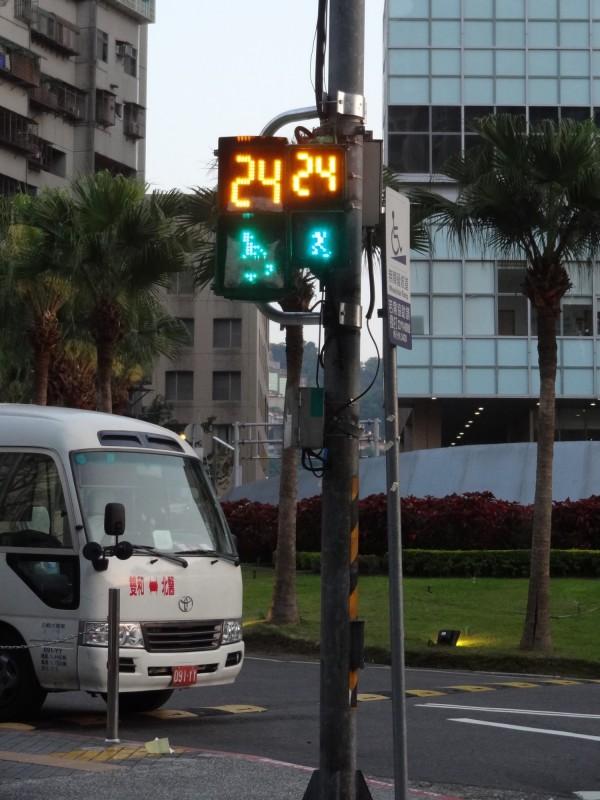 交通局將原本20公分×20公分的行人燈鏡面從放大至30公分×寬30公分,希望長輩可以更清楚看見號誌。(新北市交通局提供)