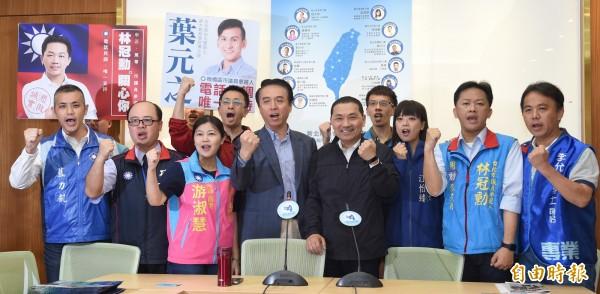 新北市長參選人侯友宜2日參加「藍色新力量」成立記者會,與多位初次參與議員選舉的年輕參選人相互拉抬初選民調,力挺年輕世代。(記者劉信德攝)
