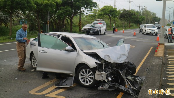 花蓮縣壽豐鄉省道台11丙線4公里處今早近9點發生車禍意外,警車遭撞翻。(記者王錦義攝)