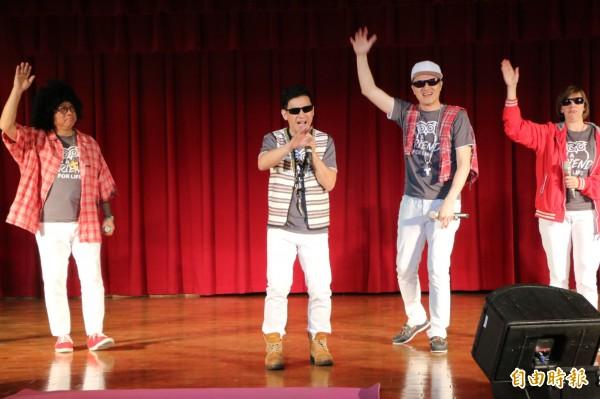 老師在台上來段freestyle,以「校園有嘻哈」炒熱氣氛。(記者鄭名翔攝)