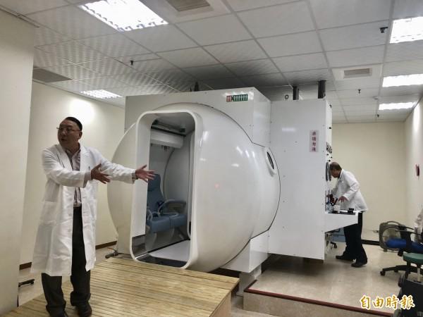 用來進行高壓氧治療的高壓艙設備。(記者羅欣貞攝)