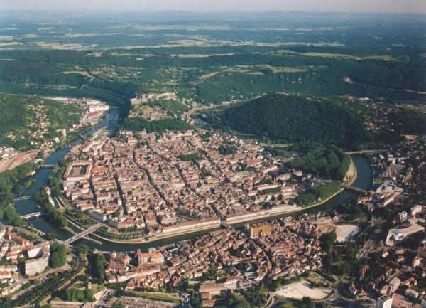 瑞士人為了規避國內的高垃圾處裡稅,而將垃圾「免費」丟在瑞士與法國的邊境「法蘭琪-康堤大區」(Franche-Comté),圖為該區首府貝桑松。(圖片擷取自維基百科)