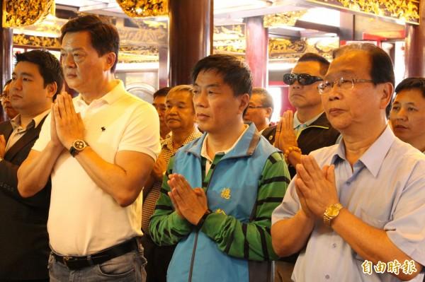 前台北縣長周錫瑋(左2)上烘爐地祈求國泰民安、市民健康平安。(記者邱書昱攝)