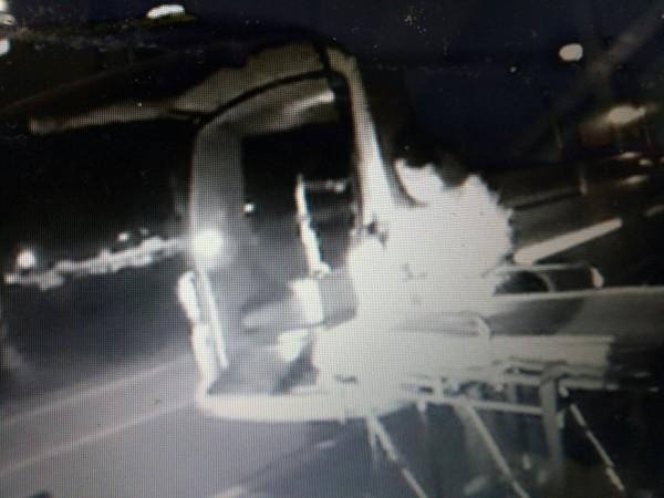梧棲警方救出燒炭婦人,由救護車送醫。(記者張軒哲翻攝)