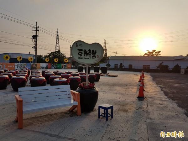 豆瓣醬故事館的醬缸夕陽美景美不勝收。(記者蘇福男攝)