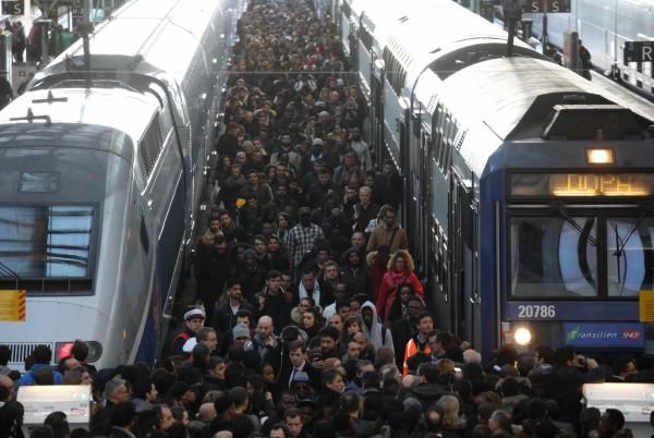 法國國鐵展開為期3個月的間歇性罷工,導致當地鐵路交通大亂。(法新社)