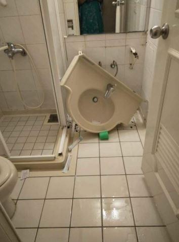網友表示入住民宿時,浴室的洗手台突然崩塌。(圖擷自爆廢公社)