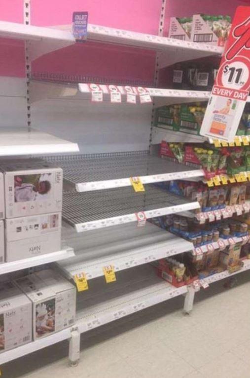 澳洲單親父親想為自己年幼的女兒添購奶粉,卻在現場看見大批中國代購客將貨架上的奶粉如蝗蟲過境般一掃而空。(圖擷取自今日悉尼)