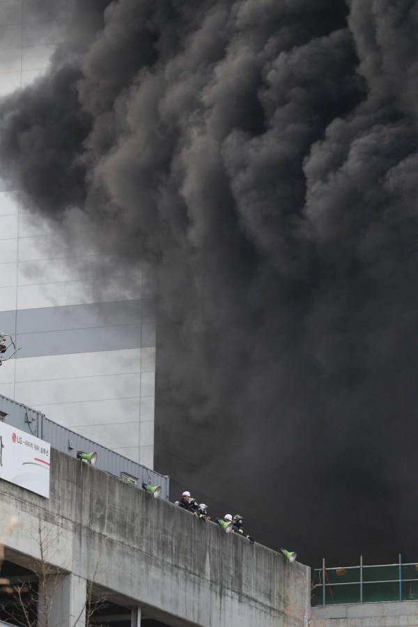 南韓LG子公司LG顯示(LG Display)位於坡州市的工廠建地大火,工人逃到屋頂待援。(歐新社)